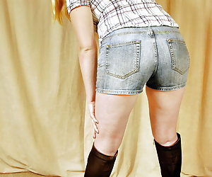 Mona Summers, wearing casual short jeans and high heel boots.After stripping off all her cloths Mona spreads her legs an